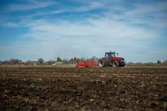 Трактор вспахивая поля стоковое изображение rf