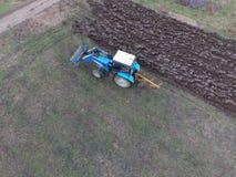Трактор вспахивая сад Вспахивать почву в саде Стоковые Изображения RF