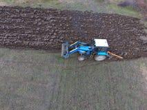 Трактор вспахивая сад Вспахивать почву в саде Стоковое фото RF