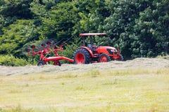 Трактор вытягивая грабл колеса Стоковые Изображения RF