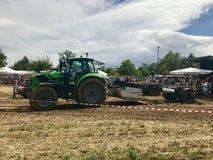 Трактор вытягивая тяжеловес Стоковые Фотографии RF