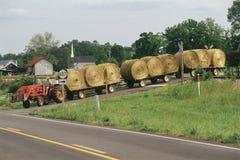 Трактор вытягивая flatbeds Стоковое Изображение RF