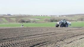 Трактор выходя поле с сверлом сток-видео