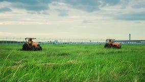 Трактор 2 в поле травы стоковые фотографии rf