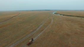 Трактор 2 в поле сток-видео