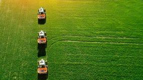 Трактор делает удобрение на поле Взгляд сверху стоковые изображения rf