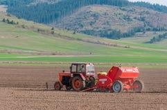 Трактор засаживая картошки в апреле Стоковые Фотографии RF