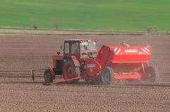 Трактор засаживая картошки в апреле Стоковое Изображение
