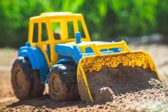Трактор игрушки в песке Стоковые Фотографии RF