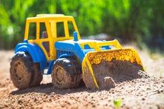 Трактор игрушки в песке Стоковое Изображение