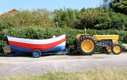 Трактор и деревянная рыбацкая лодка Стоковая Фотография RF