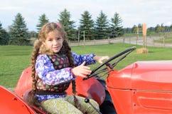 Трактор катания маленькой девочки Стоковое фото RF