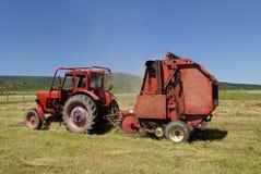 трактор красного цвета сена baler Стоковые Фото