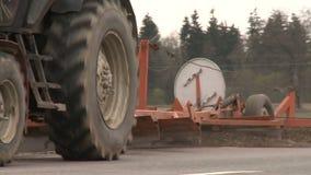 Трактор меля сельская обочина дороги Следовать съемкой видеоматериал