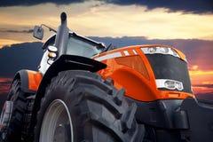 Трактор на облачном небе предпосылки Стоковое Изображение