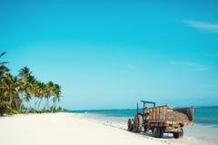 Трактор на пляже езды трактора на белом песке стоковые фото