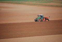 Трактор на поле Стоковое Изображение