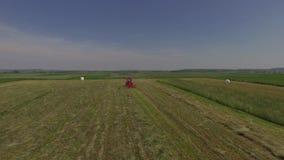 Трактор на поле видеоматериал