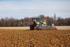 Трактор на работе стоковая фотография