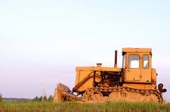 трактор неба поля кота предпосылки Стоковые Фото