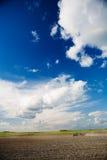 трактор неба поля стоковая фотография rf