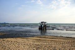 Трактор на пляже стоковая фотография