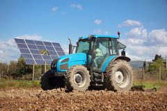 трактор панели поля солнечный Стоковые Изображения RF
