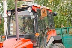 Трактор при sigarette работая на ферме Стоковые Фотографии RF