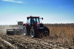 Трактор работает в поле Стоковая Фотография