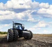 Трактор работает на ферме Стоковое Фото