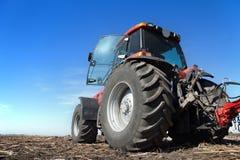 Трактор работая в дне поля солнечном Стоковая Фотография RF