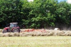 Трактор работая в подготовке поля Предпосылка сельского хозяйства стоковое фото