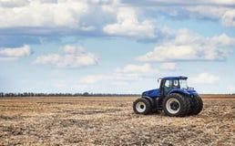 Трактор работая в поле Стоковая Фотография