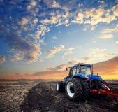 Трактор работая в поле Стоковые Фотографии RF