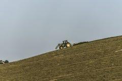 Трактор работая на поле Стоковое Изображение