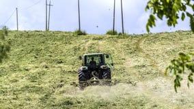 Трактор работая на поле Стоковое Изображение RF