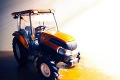 Трактор работая на ферме, современном аграрном переходе, a стоковые изображения rf