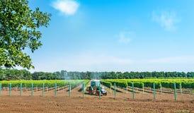 Трактор распыляя с спрейером Стоковое Изображение RF
