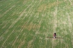 Трактор распыляя химикаты Стоковое Фото