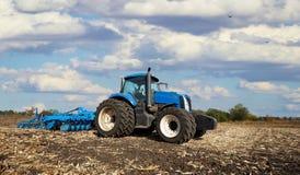 Трактор регулирует поле Стоковые Изображения