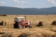 трактор сена bales Стоковые Фото