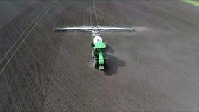 Трактор с бороной отпускает землю и извлекает засорители Воздушный отснятый видеоматериал взгляд Птиц-глаза видеоматериал