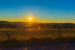 Трактор с катанием цистерны с водой на поле Стоковая Фотография