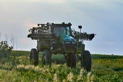 Трактор с огромным земным просветом в поле Стоковая Фотография