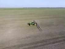 Трактор с прикрепленной на петлях системой распыляя пестицидов Удабривать w Стоковое Изображение RF