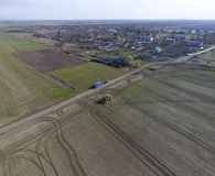 Трактор с прикрепленной на петлях системой распыляя пестицидов Удабривающ с трактором, в форме аэрозоля, на поле зимы w Стоковые Изображения RF