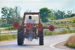 Трактор с сборщиком сена Стоковая Фотография