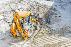 Трактор Backhoe выравнивает на строительной площадке стоковые фото