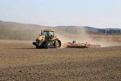 Трактор Crawler претендента гусеницы культивируя поле Стоковое фото RF