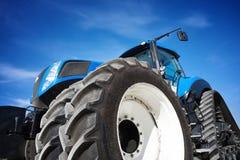 Трактор Crawler работая в поле Стоковое фото RF